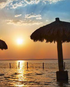 Fim de tarde na Ilha da Canela em Palmas/Tocantins. É possível fazer um passeio de balsa, geralmente alugadas para famílias ou grupos de amigos que fazem festas e churrascos atracados no porto, ou até mesmo navegando pelo rio. A outra opção é pagar cerca de R$ 1500/pessoa para chegar lá de barco, mas não deixe de pechinchar.