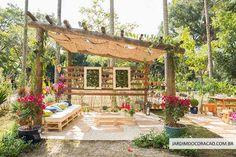 Jardim da família: pergolado com trepadeira de maracujá, bouganvilleas, azaleias e quadro vivo de suculentas