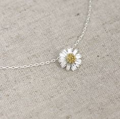 Tiny daisy flower necklace, so cute! Great for the spring and summer time!