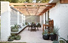 A simple white breeze block wall is warmed up with a wood pergola and simple fur – Breeze Blocks Timber Pergola, Deck With Pergola, Cheap Pergola, Backyard Pergola, Pergola Shade, Patio Privacy, Patio Table, Backyard Patio, White Pergola