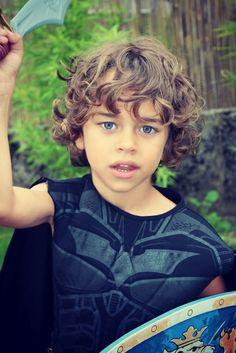 Idée de coiffure cheveux longs pour petit garçon : Bouclé long devant