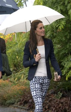 Kate Middleton Photos - Prince William, Duke of Cambridge and Catherine, Duchess of Cambridge visit the Eden Project in Cornwall on September 2016 near St Austell, England. - The Duke & Duchess Of Cambridge Visit Cornwall Style Kate Middleton, Kate Middleton Photos, The Duchess, Duchess Of Cambridge, Duchesse Kate, Princesa Kate Middleton, Kate Dress, Ray Ban Wayfarer, Bronze