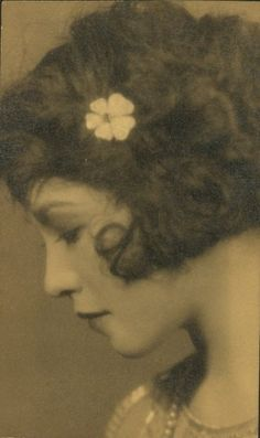 portrait of a young woman ~ found on All That Jazz Mode Vintage, Vintage Love, Vintage Beauty, Vintage Black, Vintage Ladies, Retro Vintage, Vintage Fashion, Vintage Pictures, Old Pictures