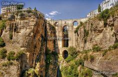 El Puente Nuevo (Ronda) que así se llama, se comenzó a construir en 1759, une la parte moderna con la parte histórica salvando el Tajo de Ronda, garganta de más de 100 metros de profundidad erosionada por el río Guadalevín. Sin duda el Tajo y su puente es lo que más atraen a los turistas a Ronda, por ello y por su historia debe ser Patrimonio de la Humanidad. https://www.youtube.com/watch?v=5U3mFcrQLdU