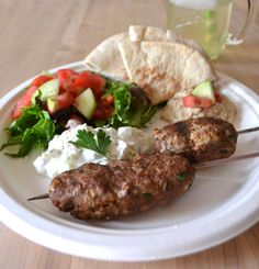 Ground Turkey Kefta Kabobs & Tzatziki Sauce - My Pin Tzatziki Sauce, Salsa Tzatziki, Bratwurst, Kabob Recipes, New Recipes, Favorite Recipes, Healthy Recipes, Healthy Food, Food Styling