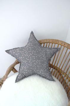 Grand coussin étoile, en tissu gris à petites étoiles rose. Pour des nuits de tendresse