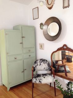 Mueble años 50,silla recuperada de la basura y tapizada con alfombra.
