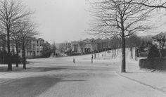 De fotograaf staat op de Thomas a Kempislaan. De man in het midden loopt op de Hommelseweg. Op de achtergond links kunnen we een heel eind de St. Antonielaan in kijken. Rechts omhoog de Dalweg.