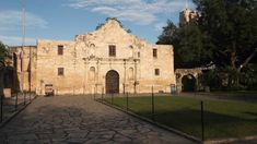 Neither of us had visited the Alamo for many years. This time, we became reverent, thinking of the bravery and dedication of those who died. Senior Trip, Discount Travel, Funny Stories, San Antonio, North America, Travel Photography, Traveling, Explore, Adventure