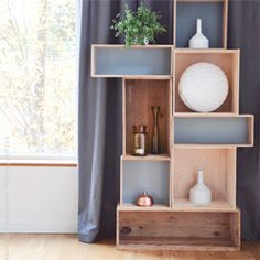 Make this easy shelf in just a few minutes, use vintage boxes or boxes you already have at home. In Swedish.