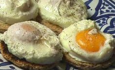 The recipe for poached eggs. Why not make poached eggs for the pe … - Recipes Easy & Healthy Loose Weight Food, Easy Healthy Recipes, Easy Meals, Healthy Food, How To Make A Poached Egg, Zone Diet, Food Decoration, Egg Recipes, Health Diet