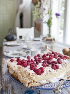Vadelmainen britakakku on kahvipöydän koristus ja maistuu kaikille. Tällä kertaa se on leivottu gluteenittomaksi. Näyttävä leivonnainen on yllättävän helppotekoinen.