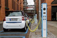 As cidades e as estradas estão tomadas de automóveis consumindo petróleo e emitindo gases poluentes. Esses automóveis atuais, por incrível que possa parecer, não são muito diferentes dos automóveis de 30 ou 40 anos atrás. Os automóveis elétricos poderiam substituí-los, reduzindo o consumo de combustíveis fósseis e as emissões. Mas por que os elétricos ainda não invadiram as ruas? Será por algum lobby de fabricantes? http://obviousmag.org/horizonte_de_eventos/2015/carros-eletricos.html