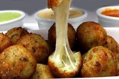 Faça um bolinho de arroz assado e recheado com queijo - Reprodução/Gostinho da Roça