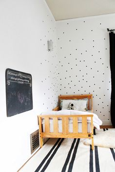 Children's room inspiration What do you think aboutthis black and white kids room? It is paired with warm wood tones and avintagec...