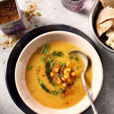 Romige soep van zoete aardappel en bloemkool met Original Spices Ras-el-Hanout en peterselie-munt olie.