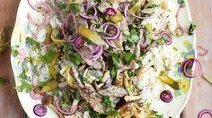 Mit Jamie Oliver wird jedes Dinner zu einem kulinarischem Genuss. Hier gibt es das Rezept zu Rindfleisch Stroganoff mit Reis und Ziebel-Petersilien-Pickel.
