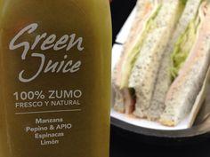 Green juice y sandwich.
