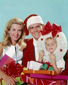 Elizabeth Montgomery, Dick York, and Erin Murphy in a Christmas publicity still for BEWITCHED. ⭐️""