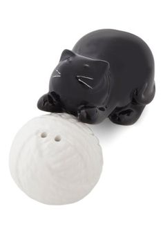 A Pounce of Fun Shaker Set, #ModCloth If I didn't already have cat salt & pepper shakers, I would totally buy these!