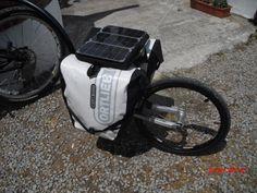 Detalle de la maleta de 3 celulas solares orientables. Susceptible de usar como metodo de carga de un acumulador para recargar  baterias de dispositivos electronicos ( Ipod, tablet, camara compacta, GPS etc..)