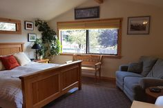 Bungalow in Mendocino, United States. Our place is within a mile of Mendocino Village.  There you can find restaurants, eclectic stores to suit any fancy and access to the beach for walks and exploring.  You'll love the Bungalow. Its high ceilings, sounds of nature and cozy feel creat...