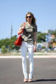 Gabriela - calça branca + bolsa vermelha.