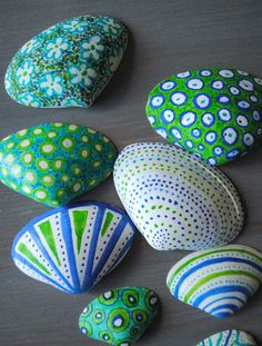 Decorated shells from Vacation Shell Craft: Shells decorated with random patterns in blue and green Seashell Painting, Seashell Art, Seashell Crafts, Beach Crafts, Rock Painting Ideas Easy, Rock Painting Designs, Easy Craft Projects, Crafts For Kids, Shell Crafts Kids
