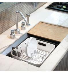 cet égouttoir vaisselle peut très bien se mettre dans un évier pour y être lavé ou pour y ranger directement votre vaisselle. Posé sur un plan de travail à côté de votre évier, cet égouttoir vaisselle renvoie directement l'eau dans l'évier 49,90