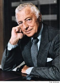 Gianni Agnelli - was an Italian industrialist and principal shareholder of Fiat. As a public figure, Agnelli was known worldwide for his impeccable, sprezzatura fashion sense, which has influenced both Italian and international men's fashion. Italian Men, Italian Style, Classic Italian, Italian Fashion, Timeless Fashion, Gianni Agnelli, Classic Men, Lapo Elkann, Light Blue Shirts