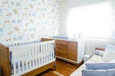 Para o lar do novo filho os papais prepararam um quartinho de bebê com tema bichinhos. Diversos elementos e um papel de parede foram usados. Vem ver!