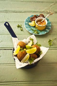 Bolinho de tutu | Receita Panelinha:  Tutu de feijão é bom demais, brasileiríssimo! Nossa sugestão dispensa prato feito, garfo ou faca. Escolhemos colocar o tutu num bolinho frito. Ah, como é bom esse petisco!