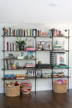44 Awesome Open Shelving Bookshelves Ideas To Decorating Your Room. If you've got the room, do it! This living room has a lot of long horizontal simple built in shelves that even examine the doo. Style At Home, Diy Casa, Pipe Shelves, Industrial Shelves, Pipe Bookshelf, Industrial Pipe, Industrial Style, Design Industrial, Bookshelf Styling