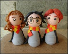 More to my chibi portfolio! *___* Now all of them are avaliable on Etsy: Here is a little Harry, Rony and Hermione from Harry Potter, made in cold porcelain. Hope you enjoy! (The Harry Potter serie. Harry Potter Diy, Gateau Harry Potter, Harry Potter Birthday Cake, Harry Potter Hermione, Ron Weasley, Hermione Granger, Cute Polymer Clay, Polymer Clay Projects, Toy Art
