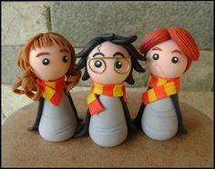 """Harry, Rony e Hermione, """"o trio dourado"""", personagens da saga literária Harry Potter, da escritora britânica J.K. Rowling.  Estão modelados em estilo chibi (infantil simplificado), ideal para lembrancinhas =) Eles podem vir acompanhados ou não de base, à escolha do cliente.  Material utilizado: porcelana fria (biscuit).  ----------- Novidade! ----------- Tenho também vários outros personagens do livro neste mesmo estilo chibi! Você pode conferí-los na imagem ao lado ou os detalhes de cada…"""