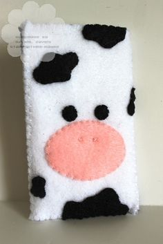 Felt cow phone case./ Funda vaca.