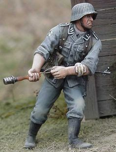 """1/35 German SS soldier preparing to throw his genade, the """"potato masher"""" style."""