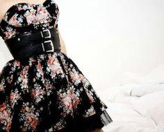 Agora florido é muito usado, né? Ta ai um vestido lindo, arrumadinho e do momento. Eu acredito que é muito importante que nós mulheres tenhamos em nosso armário um vestidinho assim.