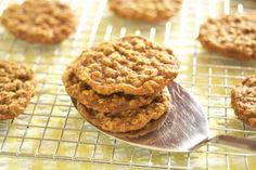 Haverkoekjes recept | Smulweb.nl      - 125 gr. boter - 150 gr. (bruine basterd)suiker - 150 gr. (volkoren)bloem - 1 ei - 1/2 tl. bakpoeder - 1 tl. vanille-extract - 1 tl. kaneel - 75 gr. havervlokken (of haverzemelen) Extra: cranberry's  Verwarm de oven voor op 190 graden. Meng alle ingrediënten, behalve havervlokken en kaneel. Voeg op het laatst havervlokken en kaneel door het beslag. Rol balletjes en druk plat op een ingevette (of met bakpap. bedekte) bakplaat. Baktijd 15 minuten.