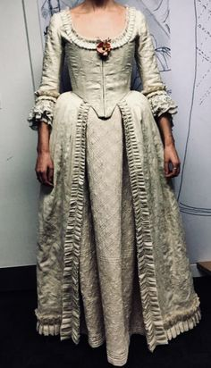 Here are NEW BTS Costume Pics for Outlander Season 4 from Terry Dresbach More after the jump! 18th Century Dress, 18th Century Clothing, 18th Century Fashion, Serie Outlander, Outlander Season 4, Terry Dresbach, Scottish Clothing, Vintage Outfits, Vintage Fashion