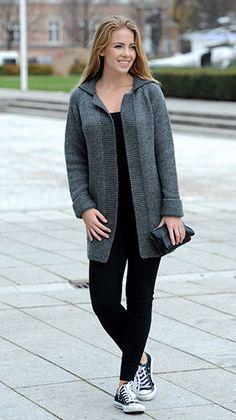 Kvinde iført en lang grå strikket jakke - gratis strikkeopskrift til dig