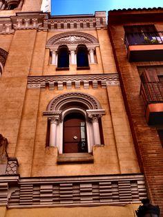 Iglesia de San Ignacio de Loyola. Detalles de la fachada neorománica del siglo XVIII. En 1940 la Dirección de Regiones Devastadas , con la ayuda de las diputaciones vascas se encargo de su restauración.