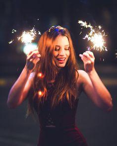 Aniversário Diwali Photography, Bokeh Photography, Girl Photography Poses, Photoshoot Lights, Photos Tumblr, Foto Pose, Picture Poses, Instagram, Sparklers