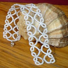 Best Tatting Lace Ideas On - maallure Bracelet Tatting, Tatting Armband, Lace Bracelet, Tatting Jewelry, Lace Jewelry, Tatting Lace, Bracelets, Shuttle Tatting Patterns, Needle Tatting Patterns