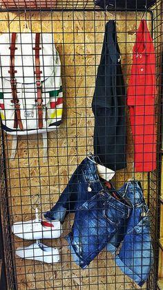 Η πρόταση μας έχει να κάνει με safe οutfit καθώς έχουμε επιλέξει για εσάς και με την βοήθεια της Staff ενδυματολογικά κομμάτια που μπορούν να φορεθούν καθ'όλη την διάρκεια της ημέρας . Στην άνω ένδυση συναντάμε κοντομάνικα μπλουζάκια σε polo ύφος μονόχρωμα ενώ στην κάτω ένδυση η επιλογή είναι βερμούδες σε αποχρώσεις του jean .  Στην υπόδηση επιλέξαμε λευκό Vans authentic ενώ το αξεσουάρ μας υπογράφεται από την Herschel την εταιρεία που έχει παντρέψει στα σακίδια της στυλ και άνεση