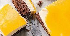 Schokoteig, Vanille-Creme und Pfirsichguss vereint in einem Blechkuchen? Das lassen wir uns nicht zweimal sagen und greifen gleich mehrmals zu.