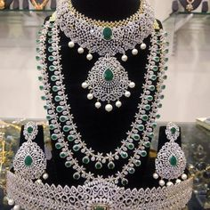 New Photo Bridal Jewellery on rent Strategies Through bands plus anklet bracelets so that you can diamond earrings plus necklaces, here's a numb Bridal Jewelry Sets, Wedding Jewelry, Bridal Jewellery, Jewellery Photo, Temple Jewellery, Marriage Jewellery, Emerald Jewelry, Diamond Jewellery, Antique Jewellery