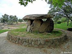 Dolmen de Valencia de Alcántara. Dolmen, Valencia, Garden Sculpture, Outdoor Decor, Home Decor, Francisco Pizarro, Parks, Projects, Homemade Home Decor