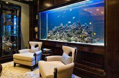 meuble aquarium en bois massif comme accent dans le salon sombre