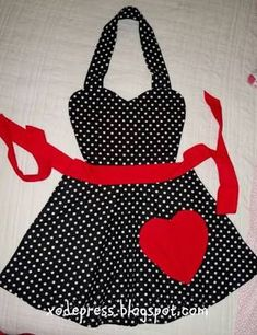 Such a cute cooking apron Retro Apron, Aprons Vintage, Sewing Hacks, Sewing Crafts, Sewing Projects, Cute Aprons, Apron Designs, Sewing Aprons, Kids Apron